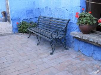 路上の長椅子