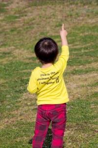 指を立てる少年