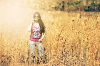 麦畑に立つ女性