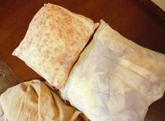 洗濯用網に入れた羽毛布団