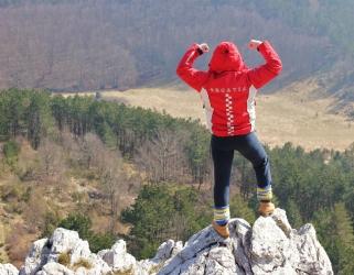 山の上の赤い服