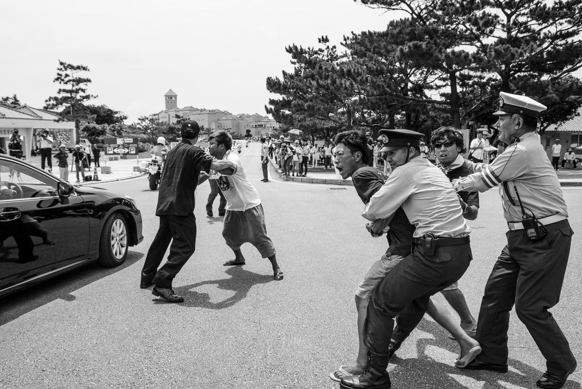 おじいおばあが平和公園入り口で怒りの可視化をし、辺野古ブルーの青年たちが身体を張っていた。