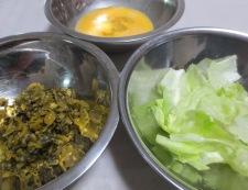 高菜漬けとレタスの炒め物 調理①