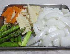 新玉ねぎとアスパラのめんつゆ生姜炒め 【下準備】②