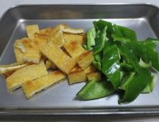 鶏むね肉とお揚げの塩ジャン炒め調理①