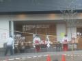 F1000500屋外に立つ巫女さん!白子熊野神社1 2