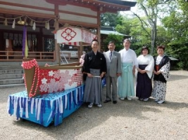 売太神社、社の前で船
