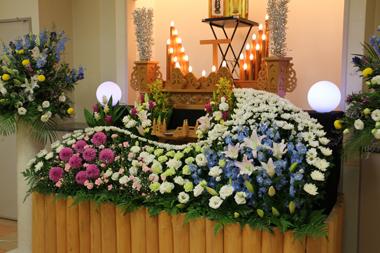 ダリアが印象的な花祭壇
