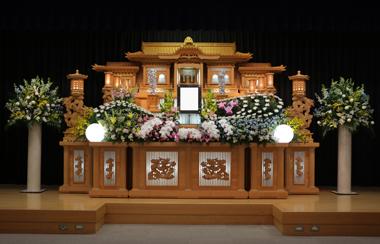 黄色のユリとピンクのスイートピーの花祭壇「愛」