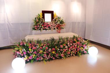 ピンクのバラをたっぷり使った棺まわり お別れ会3