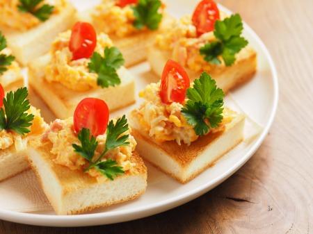 たまごと鮭のトーストカナッペ10