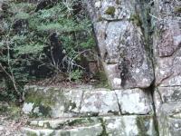 三角穴の岩の土台