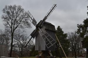 3月28日 風車と言うより高床式倉庫みたいな