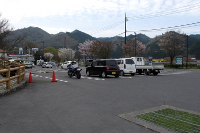 道の駅奥久慈だいご 駐車場はすこし傾斜