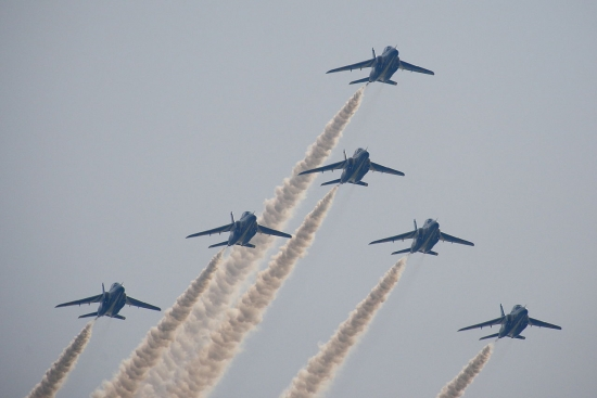 1280px-Japan_air_self_defense_force_Kawasaki_T-4_Blue_Impulse_RJAH_Swan_Low-pass_.jpg