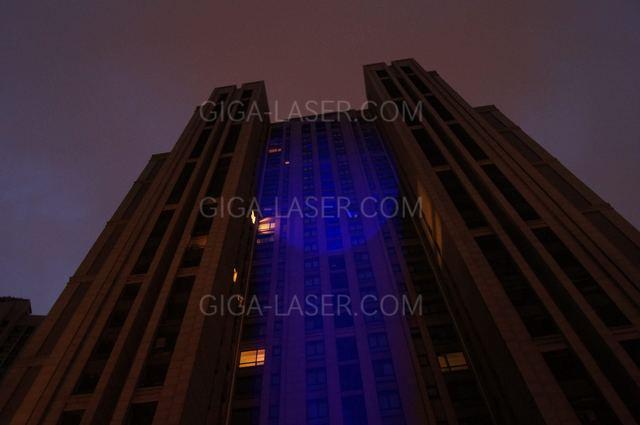 高出力青色レーザーポインタでビルへの照射