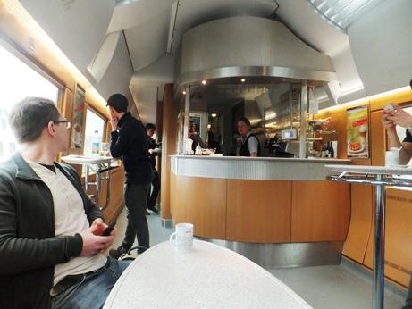食堂車、日本ではほとんど見られません。