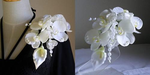胡蝶蘭とカラーとすずらんの結婚式コサージュ