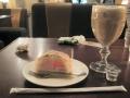 ピーチケーキとアイスカフェラテ
