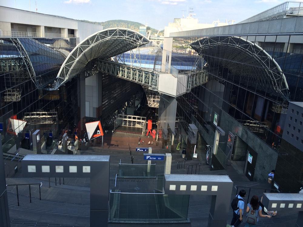 京都駅大空広場と葉っぴいてらす