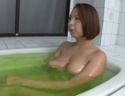 お風呂の中で興奮した息子のいちもつをおまんこに受け入れる熟女ママの近親相姦セックス
