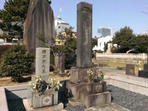楫取寿の墓(右)と楫取家の墓(左)