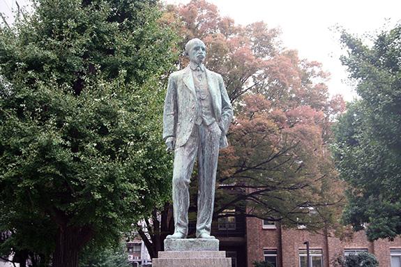 東京大学本郷キャンパスに建っているジョサイア・コンドル像