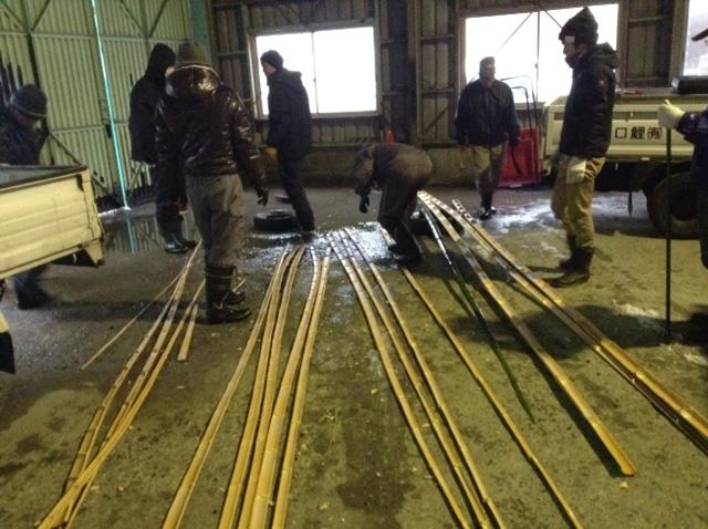 竹ドームの竹を割る作業