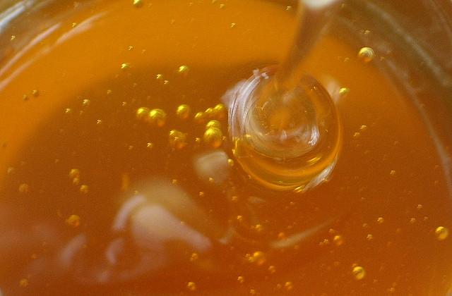 天然のハチミツが100年経っても腐らない理由