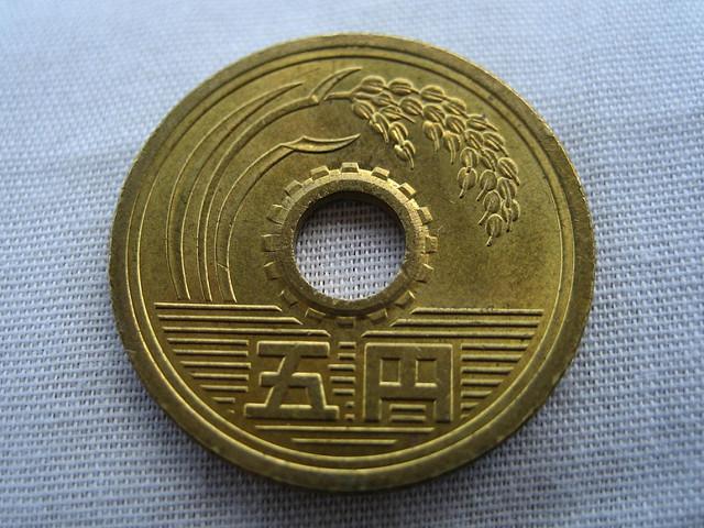 5円玉と50円玉に穴が空いている理由