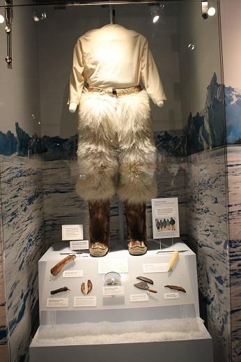 2015カナダ:0210イエローナイフ 博物館 先住民服装
