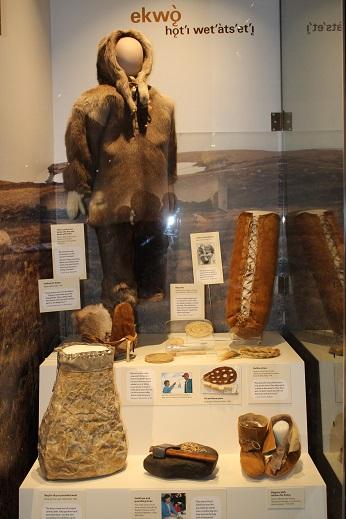 2015カナダ:0210イエローナイフ 博物館 先住民服装2