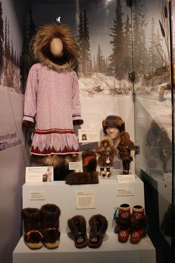 2015カナダ:0210イエローナイフ 博物館 先住民服装3