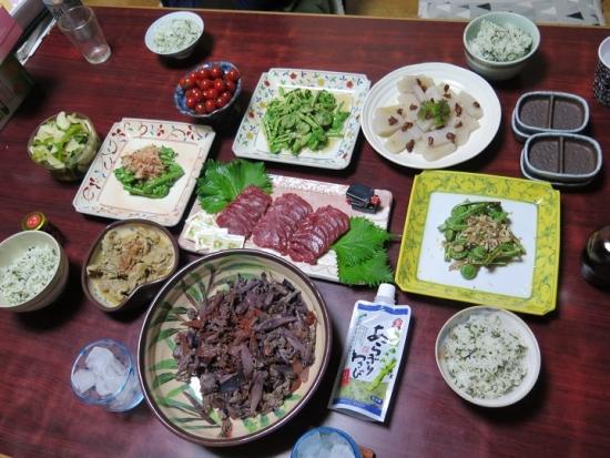 馬刺しと山菜の食卓