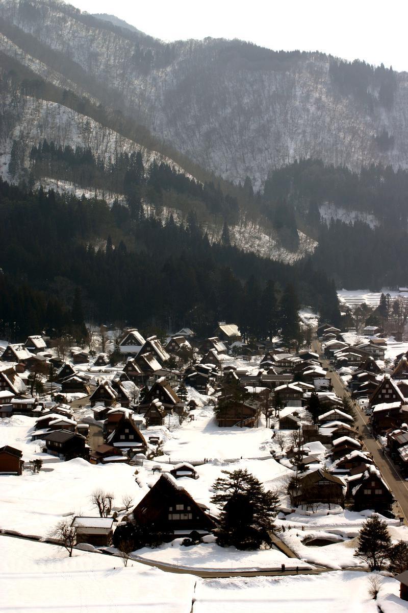 白川郷~幻想が息づく村~ 茅葺屋根の家が並ぶ光景は、まるで昔読んだ民話の世界のよう  ②