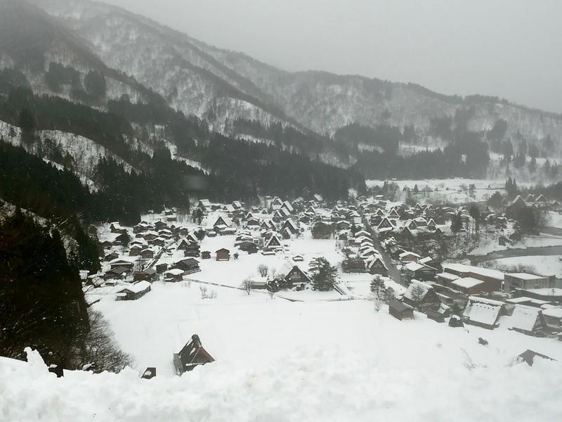雪深い季節になると白川郷まで辿り着くのも大変ですが、その苦労もこの景色を見たら一瞬で吹っ飛びそう~ ①