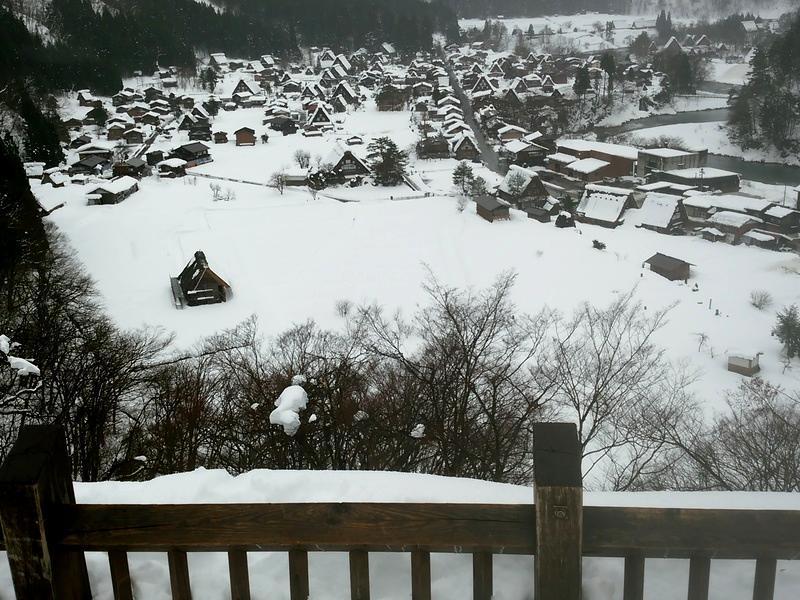雪深い季節になると白川郷まで辿り着くのも大変ですが、その苦労もこの景色を見たら一瞬で吹っ飛びそう~ ②