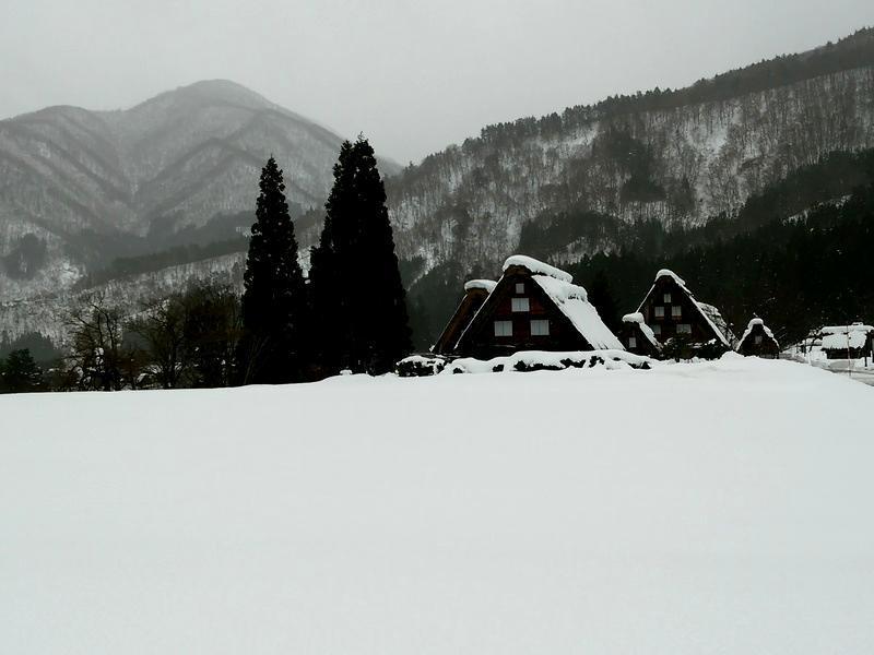 雪深い季節になると白川郷まで辿り着くのも大変ですが、その苦労もこの景色を見たら一瞬で吹っ飛びそう~ ③