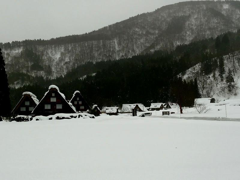 雪深い季節になると白川郷まで辿り着くのも大変ですが、その苦労もこの景色を見たら一瞬で吹っ飛びそう~ ④