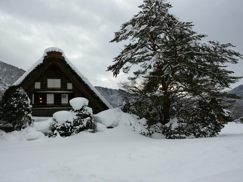 風情溢れる冬の白川郷の合掌集落内を散策しながら、昔ながらの伝統と文化に触れてみてください ①