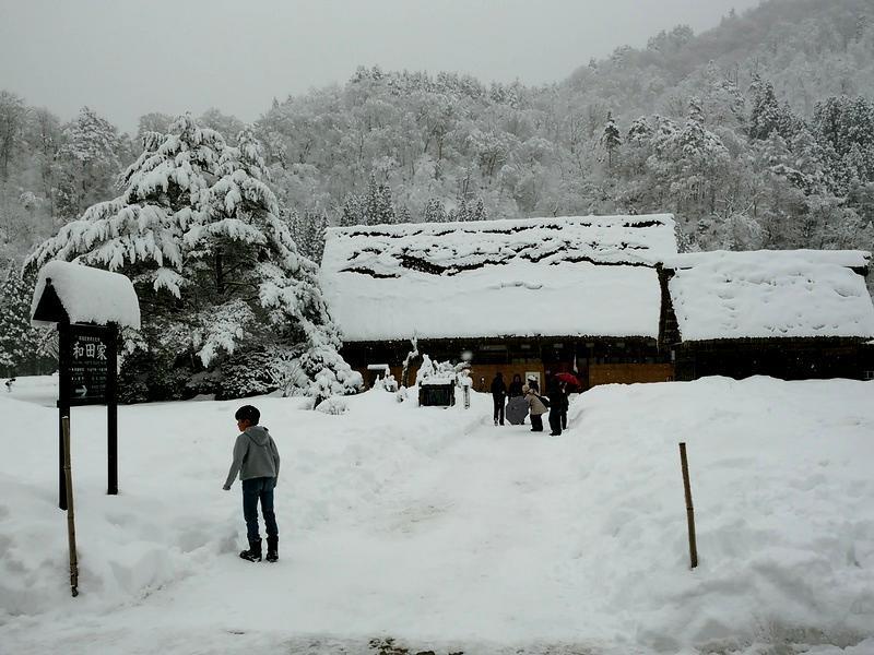 風情溢れる冬の白川郷の合掌集落内を散策しながら、昔ながらの伝統と文化に触れてみてください ②