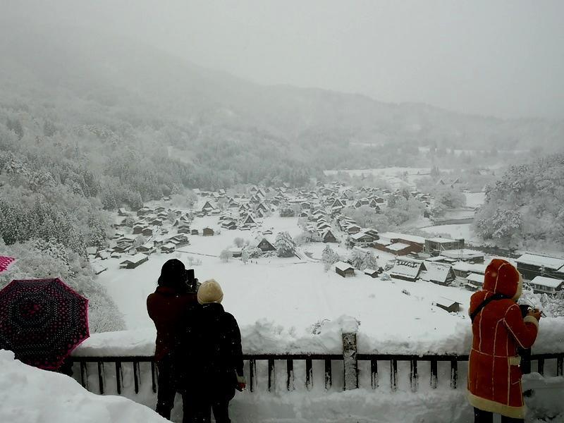 風情溢れる冬の白川郷の合掌集落内を散策しながら、昔ながらの伝統と文化に触れてみてください ③