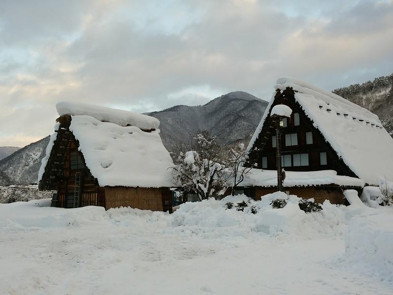 風情溢れる冬の白川郷の合掌集落内を散策しながら、昔ながらの伝統と文化に触れてみてください ⑤
