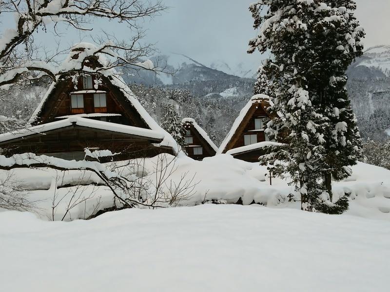風情溢れる冬の白川郷の合掌集落内を散策しながら、昔ながらの伝統と文化に触れてみてください ⑦