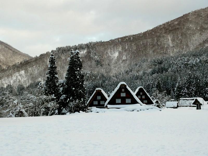風情溢れる冬の白川郷の合掌集落内を散策しながら、昔ながらの伝統と文化に触れてみてください ⑧