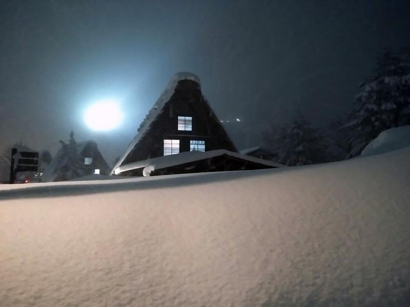 ライトアップで幻想的に照らし出された白川郷合掌集落=2015年1月17日 ①