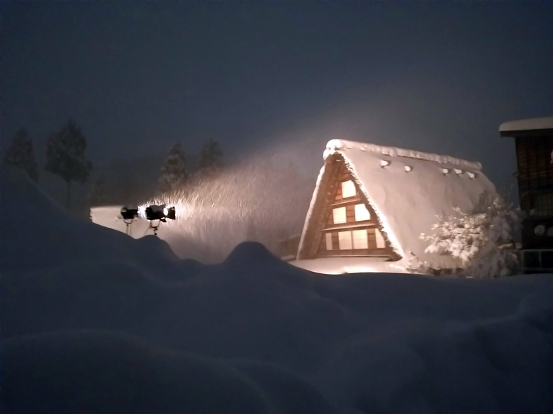 ライトアップで幻想的に照らし出された白川郷合掌集落=2015年1月17日 ④