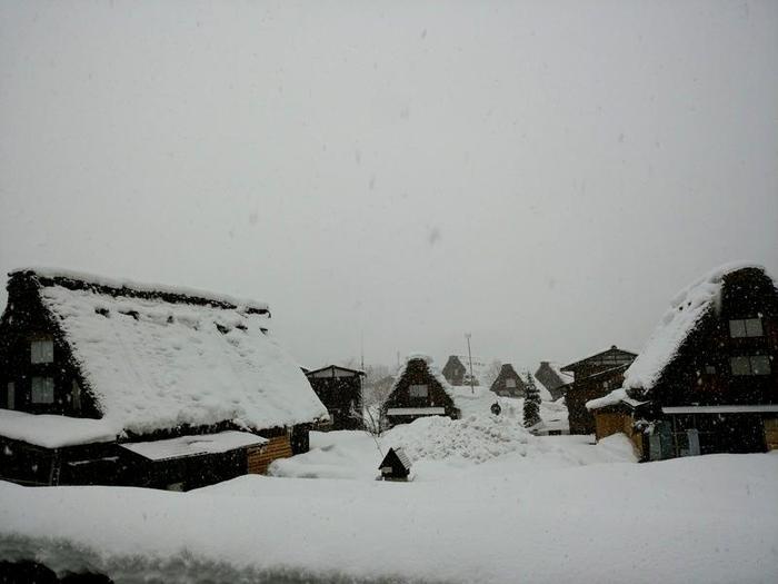 厳しい冬ももう少し 白川郷 ②