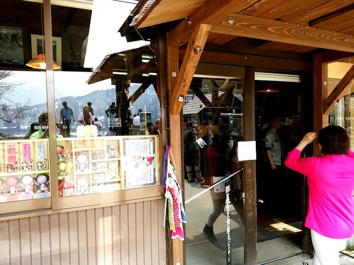 世界遺産白川郷合掌集落が一望できまる お食事処「天守閣」に「大白川温泉しらみずの湯」割引券付パンフレット設置して頂きました ①