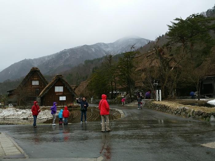 雪解けの雨も降り始めている白川郷 ②